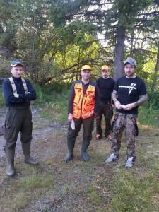 Roger Andersson, Tomas Johansson, Martin och Mattias Andersson väntar på älg vid slakteriet