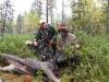 Lennart och Rambo vid Ingvars skjutna kalv på Hoståmyren